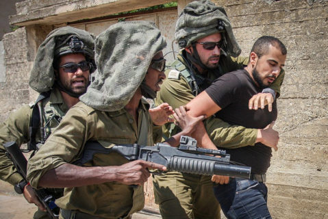 Des soldats israéliens emmènent un manifestant palestinien à Kufr Qaddum, près de Naplouse, en Cisjordanie occupée, le 23 août 2019. (Photo: Nasser Ishtayeh/Flash90)