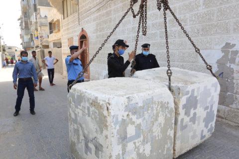 3 septembre 2020. Deir Al Balah, dans le centre de la bande de Gaza. Des policiers palestiniens bloquent une route à l'aide de barrières de béton au cours d'un lock-down provoqué par l'apparition du coronavirus. (Photo: Ashraf Amra/APA Images)