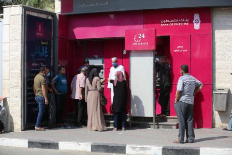 1er septembre 2020. Les employés de l'Autorité palestinienne portent des masques faciaux pendant qu'ils attendent de recevoir leur salaire de la banque palestinienne ATM, dans le centre dela bande de Gaza. (Photo: Ashraf Amra)