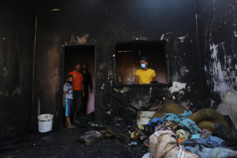 2 septembre 2020. Des Palestiniens inspectent une maison incendiée dans le camp de réfugiés d'Al-Nuseirat, où trois enfants d'une même famille ont perdu la vie. Le feu a été déclenché par une bougie utilisée pour éclairer leur chambre, du fait qu'il n'y avait pas d'électricité en raison des coupures. (Photo: Ashraf Amra/APA Images)