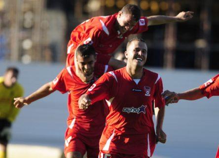Bien qu'il ait mis un terme à sa carrière de footballeur professionnel, Khalid Khalaila (à l'avant-plan) reçoit toujours des messages racistes sur son GSM. (Photo : Ognen Teofilovski Reuters)