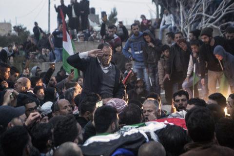 Le père de Basil al-Araj adresse un dernier adieu à son fils lors de ses funérailles à Al-Walaja, en Cisjordanie, le 16 mars 2017. (Photo : Anne Paq/Activestills.org)