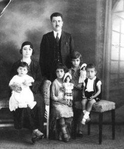 Portrait de la famille de mon grand-père Mahmoud al-Madi, à Haïfa, dans les années 1930 (avant la Nakba). (Photo : Rima Najjar)