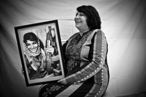 Leila Khaled montrant une photo d'elle, plus jeune. (Photo : Tanya Habjouqa)