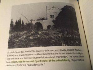 La maison photographiée ici, à Ijzim, était la madafeh (maison d'accueil) de la famille al-Madi. Ses résidents actuels affirment que c'était « château de croisé ». (Image provenant du livre susmentionné : Sacred Landscape: The Buried History of the Holy Land Since 1948).