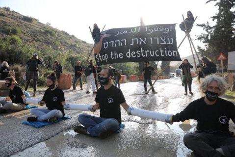 22 novembre 2020. Des activistes israéliens pour le climat et les droits de l'homme se sont enchaînés à l'entrée de la carrière de HeidelbergCement en Cisjordanie occupée afin de protester contre un plan du gouvernement visant à agrandir la carrière et à bâtir une zone industrielle à proximité. (Photo : Oren Ziv)