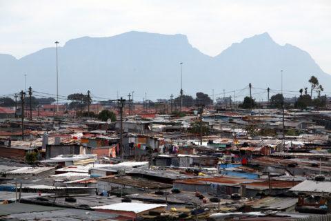 7 août 2011. Une vue du township de Khayelitsha, l'un des plus étendus de l'Afrique du Sud, avec la montagne de la Table à l'arrière-plan. (Photo : Tess Scheflan / Activestills.org)