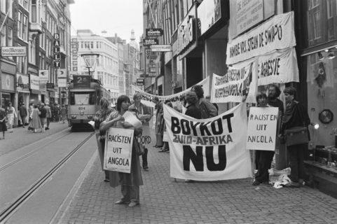 Une manifestation à Amsterdam réclamant le boycott par les Pays-Bas de l'Afrique du Sud en raison des opérations incessantes de l'armée sud-africaine contre le gouvernement de l'Angola. (Photo : Hans Van Dijk / CC BY-SA 3.0 NL)