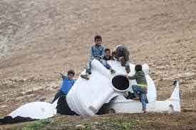 Novembre 2020. Des enfants jouent dans les ruines de Khirbet Humsa après sa destruction. (Photo : Meged Gozani)