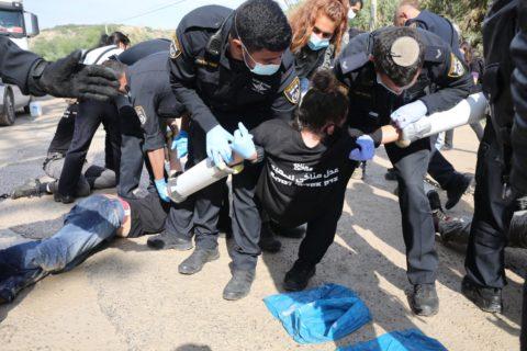 22 novembre 2020. La police israélienne arrête des activistes pour le climat à l'extérieur de la carrière de HeidelbergCement, en Cisjordanie occupée, au cours d'une action de protestation contre le plan du gouvernement visant à étendre la carrière et à bâtir une zone industrielle à proximité. (Photo : Oren Ziv)