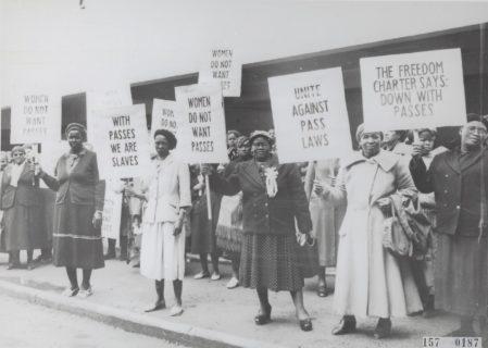 1956. Des Sud-Africaines protestent contre les Pass Laws (lois sur les passeports intérieurs), qui restreignaient les déplacements des noirs dans le pays. (Photo : Nationaal Archief)