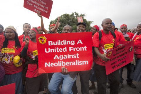 19 mars 2014. Lors d'une grève générale, des membres de l'Union nationale des travailleurs de la métallurgie et leurs partisans défilent dans le centre du Cap. (Photo : Shachaf Polakow / Activestills.org)