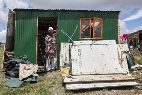 Des structures démolies dans la communauté Marikana, au Cap. L'Unité contre l'invasion des terres a commencé à démolir ces structures érigées sur un bout de terre par le mouvement Abahlali baseMjondolo (c'est l'appellation du mouvement, NdT) des habitants de cabanes, le 9 janvier 2014. (Photo: Shachaf Polakow / Activestills.org)