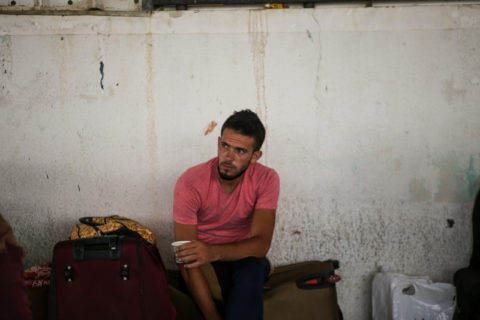 De grands nombres de Palestiniens sont passés par le poste-frontière de Rafah lors des rares occasions où il a été ouvert cette année. (Photo : Mohammed Al-Hajjar / The Electronic Intifada)