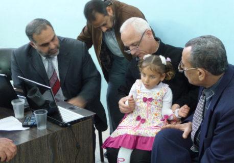 Le Pr. Christophe Oberlin donnant une consultation à l'hopital Nasser de Khan Younis le 16 mars 2011, après être entré dans Gaza en passant par un tunnel sous la frontière avec l'Égypte – Photo: autorisation Christophe Oberlin