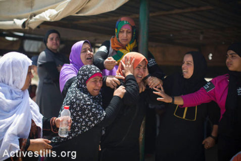 Les habitants du village bédouin d'Al-Arakib réagissent avec désespoir au moment où les autorités israéliennes d'occupation détruisent le village pour la 65ème fois, le 12 juin 2014. L'administration israélienne des terres (ILA), appuyée par d'importantes forces de police, est entrée dans le village tôt le matin et a détruit toutes les structures, y compris la mosquée - Photo : Oren Ziv/Activestills.org