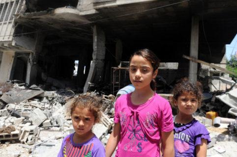 13 juillet 2014 – Des enfants palestiniens se dirigent vers une école de l'UNRWA pour fuir les bombardements israéliens et chercher refuge après avoir évacué leurs maisons près dans la ville de Gaza – Photo : Nations Unies/Shareef Sarhan