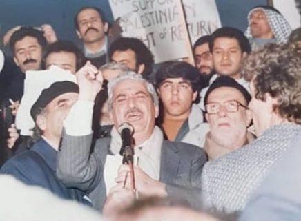 Tawfiq Zayyad délivrant un discours enflammé suite au naufrage du Sol Phryne en 1988 (vraisemblablement des œuvres de la Jewish Defense League) alors qu'il tentait de ramener des déportés palestiniens dans leurs foyers. Aux côtés de Zayyad figurent des dirigeants et personnalités palestiniens, dont Sheikh Abdel Hamid al-Sayeh, qui dirigeait le Conseil national palestinien.'' » (Photo : avec l'aimable autorisation de Naila Zayyad)