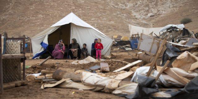 Des femmes et des enfants palestiniens assis devant une tente à Khirbet Humsu, en Cisjordanie, le 6 novembre 2020. Les troupes israéliennes ont démoli 18 tentes et autres structures qui abritaient 74 personnes, selon B'Tselem, une organisation israélienne pour les droits humains. (Photo : AP / Majdi Mohammed)