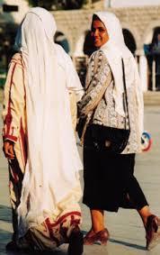 Des réfugiées palestiniennes, l'une en costume traditionnel, l'autre en costume occidental, Amman, Jordanie, 1996. (Photo : Michelle Woodward, Baltimore, États-Unis)