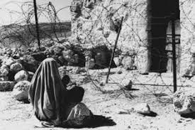 1949. Une villageoise palestinienne regarde sa maison, sans pouvoir y retourner. (Photo : UNRWA)