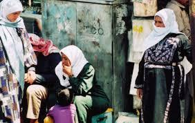 1996. Des réfugiées palestiniennes à Kerak, en Jordanie, portant des exemples de robes islamiques et (en détail) une robe à « 6 banches » brodée à la machine. (Photo : Michelle Woodward ; Baltimore, États-Unis)