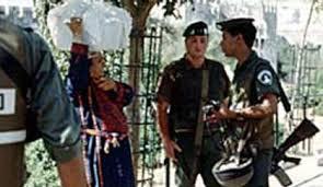 1993, Jérusalem-Est. Une grand-mère palestinienne portant une robe « 6 branches », avec des soldats israéliens. (Photo : Michelle Woodward, Baltimore, États-Unis)