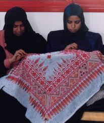 Des réfugiées palestiniennes sourdes brodant des couvre-meubles dans le cadre du projet de broderie du Centre de revalidation Al Amal de la Société du Croissant Rouge palestinien à Khan Younis, dans la bande de Gaza, en 2000. (Photo : Jeni Allenby)