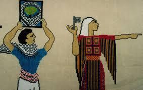 Détail du pan brodé « Le martyr », dessiné par l'atelier ANAT, du camp de réfugiés de Yarmouk, en Syrie, et qui met en scène des personnages allégoriques brandissant des symboles de la Palestine perdue. (Photo : Jeni Allenby)