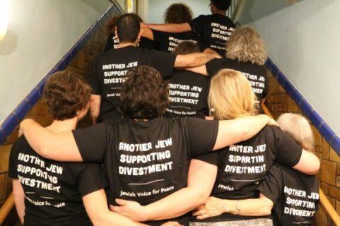 """""""Un autre Juif en soutient le désinvestissement"""" - Une action de Jewish Voices for Peace"""