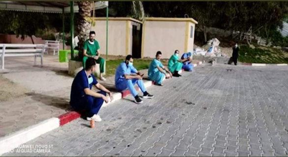 Un groupe épuisé de personnels du médical à l'hôpital Al-Andonisi à Gaza – Photo : via WeAreNotNumbers.org