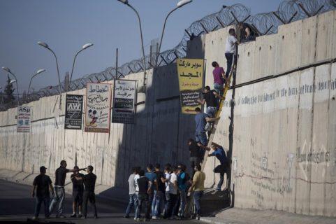 Des Palestiniens franchissent le mur de l'apartheidpour atteindre la mosquée al-Aqsa le 26 juillet 2013 (Photo : Oren Ziv Activestills