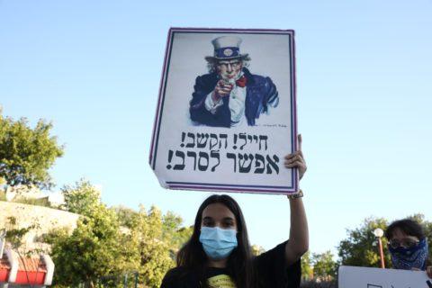 Juin 2020. L'objectrice de conscience Shahar Peretz lors d'une manifestation contre l'annexion dans la ville de Rosh Ha'ayin. (Photo : Oren Ziv)