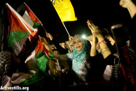 Ramallah, Cisjordanie, le 14 août 2013 - Des femmes palestiniennes dansent et chantent en attendant l'arrivée de 11 prisonniers palestiniens libérés des geôles israéliennes - Photo : Oren Ziv/ Activestills