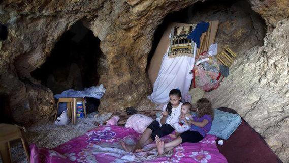 Des enfants palestiniens dans la grotte où ils vivent en dehors de la ville d'Hébron. Photo : Abdelhadi Hantach/Al-Monitor