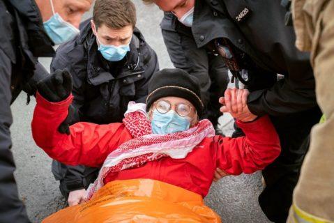 Des activistes de Palestine Action sont arrêtés par la police après avoir bloqué Elbit. (Photo : Palestine Action)