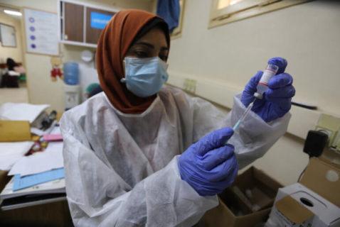 9 septembre 2020. Les employés palestiniens portent des masques faciaux lorsqu'ils inoculent aux enfants le vaccin contre la polio et les vaccins contre le virus rota, au centre de soins de santé de Dair Al Balah, dans le centre de la bande de Gaza. Rien n'est prévu pour le vaccin Covid. (Photo : Ashraf Amra).