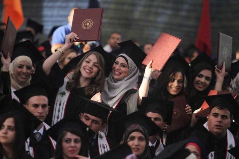 Des étudiants palestiniens assistent à la cérémonie de remise de leurs diplômes à l'Université de Birzeit, près de la ville cisjordanienne de Ramallah, le 16 juin 2013. (Photo : Issam Rimawi / Flash90)