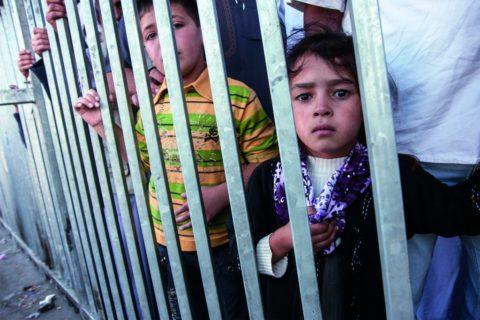 Des enfants palestiniens palestiniens de 3 et 4 ans, à un checkpoint près de Bethléem. Photo : Palestine Advocacy Project