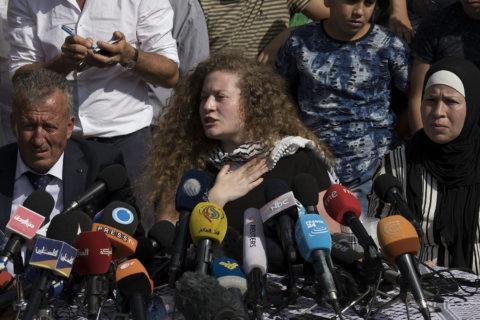 29 juillet 2018. Ahed Tamimi et sa famille s'adressant à la presse à Nabi Saleh, en Cisjordanie, après la libération d'Ahed des prisons israéliennes. (Photo: Oren Ziv)