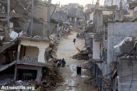 4 novembre 2014. Des écolières palestiniennes traversent une zone détruite du quartier de Shujayea, à Gaza. (Photo: Anne Paq / Activestills.org)