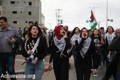 Des jeunes Palestiniennes lancent des slogans durant la Marche annuelle pendant le Jour de la Terre de Sakhnin à Deir Hanna, en Galilée, le 30 mars 2017 (Haidi Motola/Activestills.org)