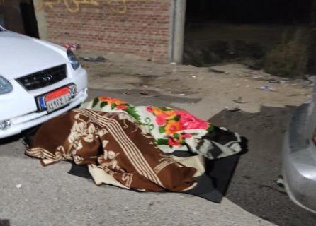 Des voyageurs désespérés dorment sur le côté de la route
