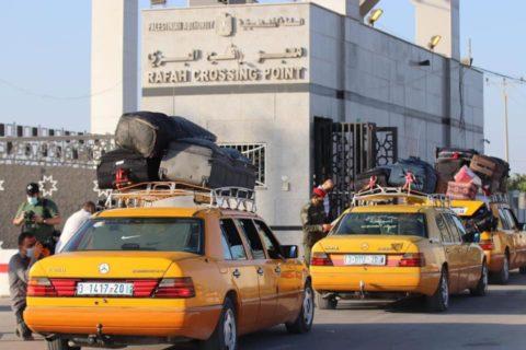 Des Gazaouis espérant quitter Gaza font la file au passage de Rafah