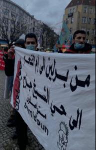 Protestations à Berlin. On peut lire sur la banderole: «De Berlin à Umm Al-Fahem et au quartier de Sheikh Jarrah. Nous continuons. Nous sommes déterminés.» (Photo: Al-Haq)