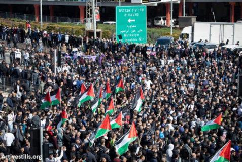 5 mars 2021 - Des dizaines de milliers de Palestiniens de nationalité israélienne ont défilé dans la ville palestinienne d'Umm al Fahm pour protester contre la violence policière israélienne et le crime organisé. Les manifestants défilent depuis le centre-ville et bloquent la route 65 - Photo: Activestills