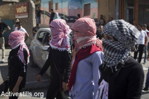 Des Palestiniennes manifestent lors de heurts avec l'armée israélienne dans la ville  de Bethléem en Cisjordanie, 14 octobre 2015. (Activestills.org)