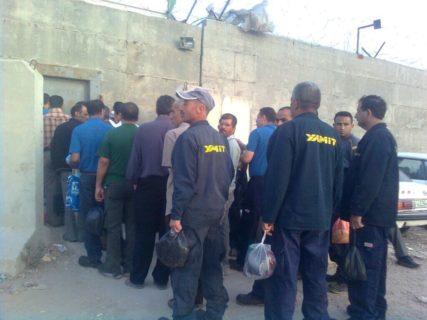 Des travailleurs palestiniens entrent dans le zoning industriel de Gishouri. (Photo : PNFTU)