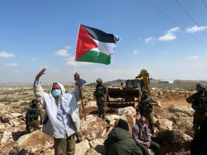 8 mars 2021. Hajj Suleiman, d'Umm al-Kheir, l'un des villages de Cisjordanie occupée qui font paître leurs troupeaux dans la région d'Ein al-Beida, proteste contre le développement des colonies israéliennes. (Photo : Natasha Westheimer)