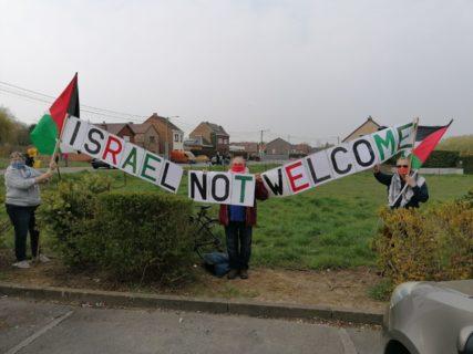 Les activistes attendant le passage des coureurs. Photo : MDL, Plate-forme Charleroi-Palestine